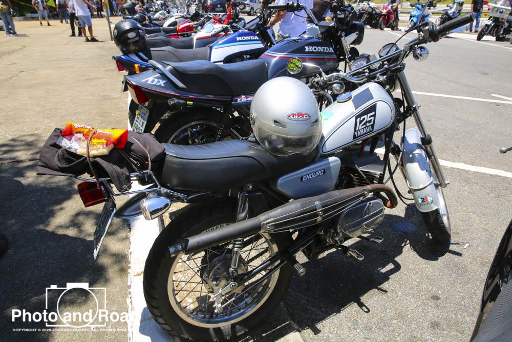 Esta é uma Yamaha DT 125 de 1974. Sonho dos adolescentes daquela época