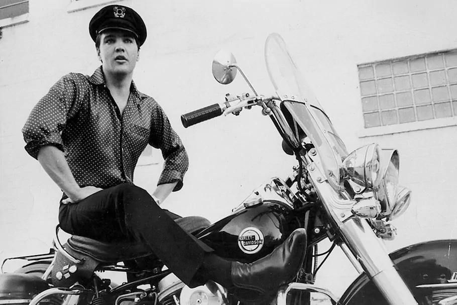Elvis-Presley posando em uma Harley-Davidson